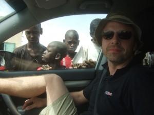 Kinder erkunden unser Auto